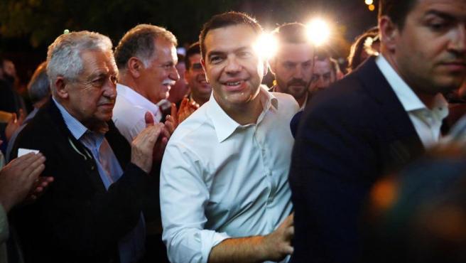 El primer ministro griego Alexis Tsipras ingresa en la sede del partido SYRIZA después de la celebración de elecciones locales, regionales y del Parlamento Europeo.