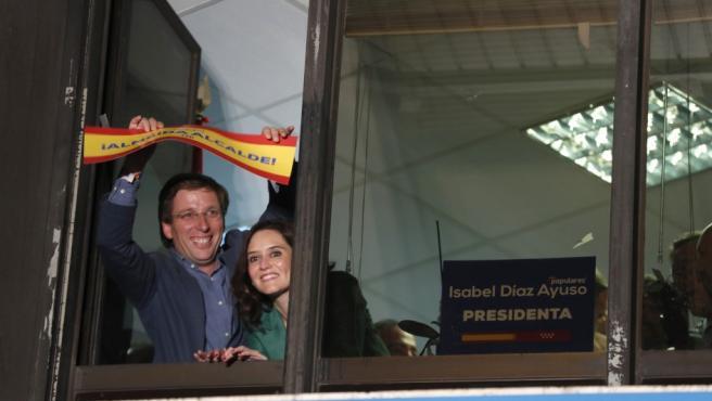 Los candidatos del PP a la Comunidad de Madrid, Isabel Díaz Ayuso, y al Ayuntamiento, José Luis Martínez-Almeida, celebran los resultados electorales en la sede de los populares, en Madrid.