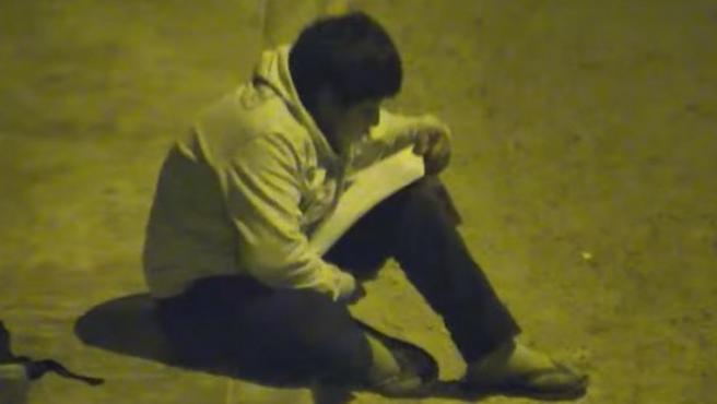 Víctor Martín Angulo Córdoba utiliza la luz de una farola para hacer los deberes.