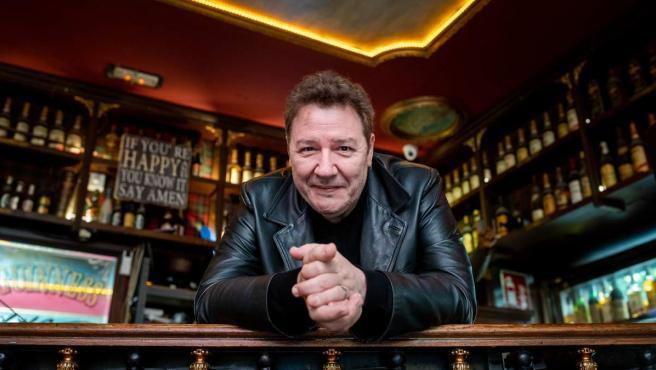 El cantante de Revolver en el bar madrileño La Fontana de Oro.