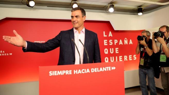El presidente del Gobierno en funciones, Pedro Sánchez, valorando los resultados electorales en la sede del PSOE en Madrid.