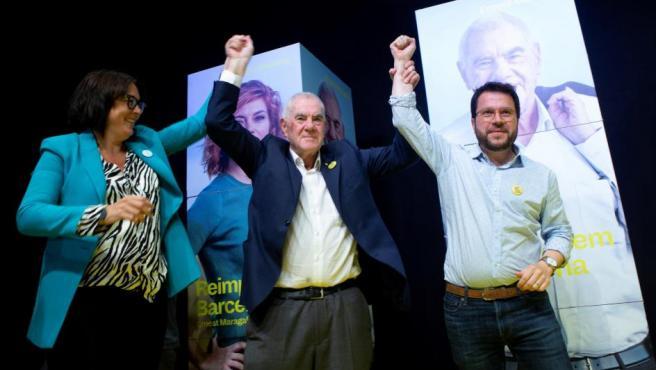 El candidato de ERC a la alcaldía de Barcelona, Ernest Maragall (c), celebra, en la sede electoral del partido, tras vencer en las elecciones municipales celebradas este domingo.