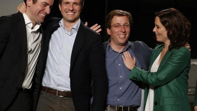 El presidente del Partido Popular Pablo Casado (2i), los candidatos del PP a la Comunidad de Madrid, Isabel Díaz Ayuso (d), y al Ayuntamiento, José Luis Martínez-Almeida (2d), y el secretario general del PP, Teodoro García Egea (i), el 26-M.