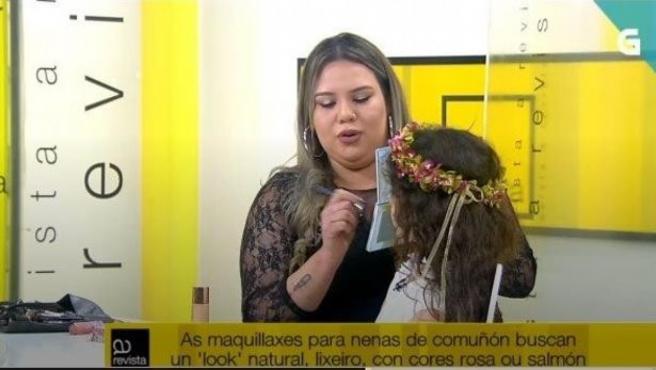 La actriz Claudia Basallo, sometiéndose al curso de maquillaje en la TVG.