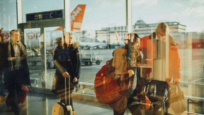Puede parecer una locura, pero no lo es tanto. Si no tienes muy seguro el destino al que quieres viajar, simplemente busca varios vuelos baratos y al final decide cuál de ellos es el que más te gusta.