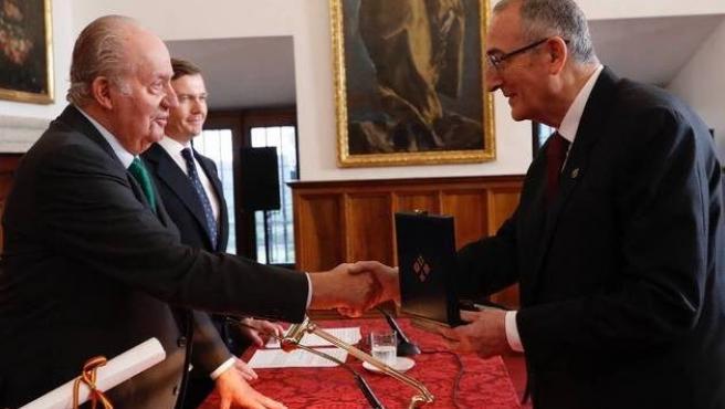 El Rey Emérito entrega la medalla al galardonado historiador Miguel Ángel Landero, que recibió el Premio Órdenes Españolas 2019.