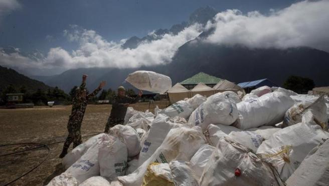 Once toneladas de basura recogidas en el Everest