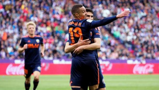 Rodrigo y Carlos Soler celebran un gol del Valencia.