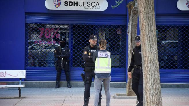 Un amplio dispositivo de Policía Nacional se ha desplegado en la sede de la Sociedad Deportiva Huesca, como consecuencia de una operación contra el presunto amaño de partidos de fútbol en Primera y Segunda.
