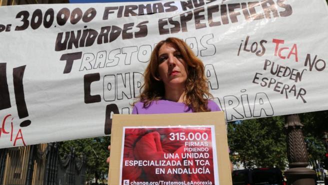 Patricia Cervera, madre de una joven con anorexia, lleva 315.000 firmas a la Junta de Andalucía en favor de los TCA.