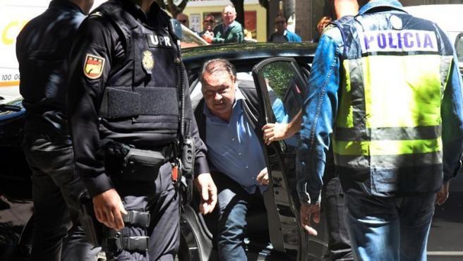 El presidente del Huesca, Agustín Lasaosa, tras ser detenido por la Policía Nacional en la 'operación Oikos' contra el presunto amaño de partidos de fútbol en Primera y Segunda División.