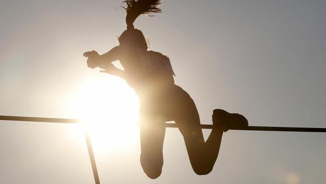<p>La atleta Maialen Axpe durante la prueba del salto con pértiga femenino de los Nacionales 2014.</p>