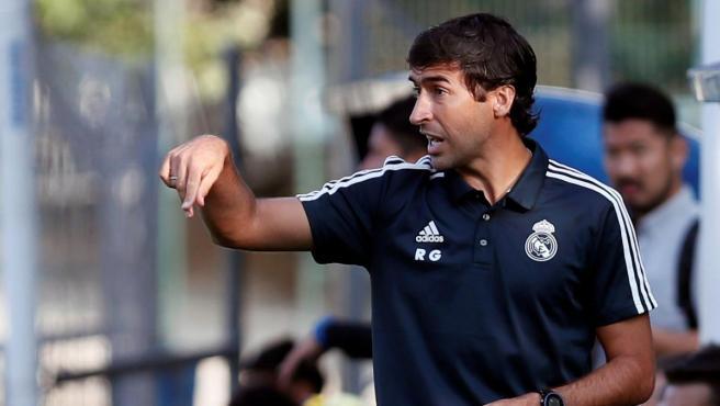 Raúl González dirige un partido de la cantera del Real Madrid.