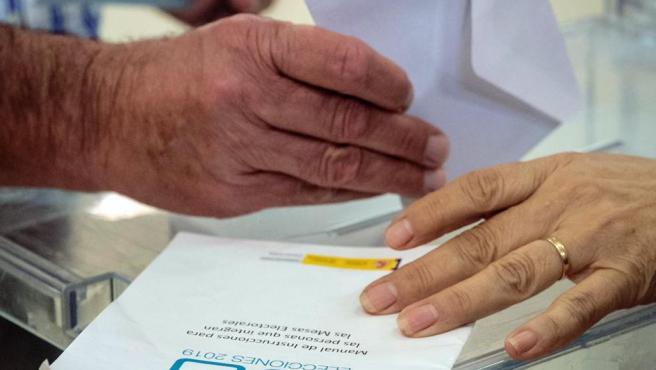 Un ciudadano deposita su voto en las elecciones del 26-M.