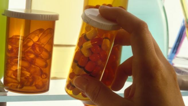 Botes de pastillas en el botiquín de un hogar.