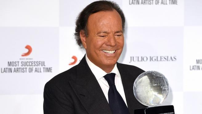 El cantante Julio Iglesias recibiendo un premio latinoamericano.