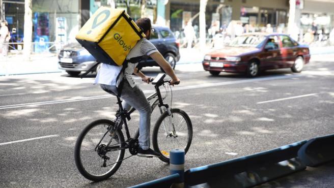 Un trabajador de la empresa Glovo en bicicleta.