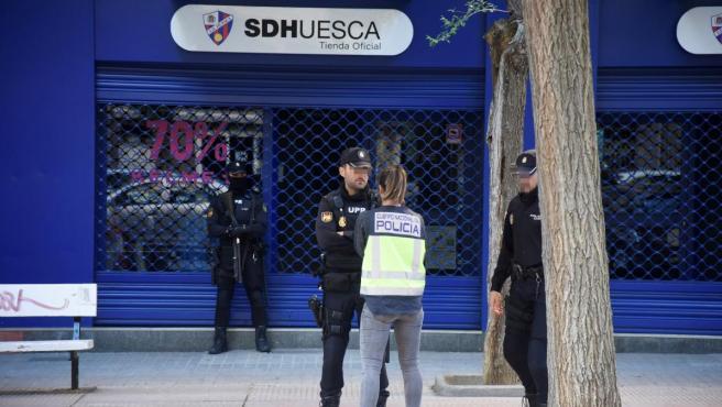 Dispositivo de Policía Nacional desplegado en la sede de la SD Huesca.