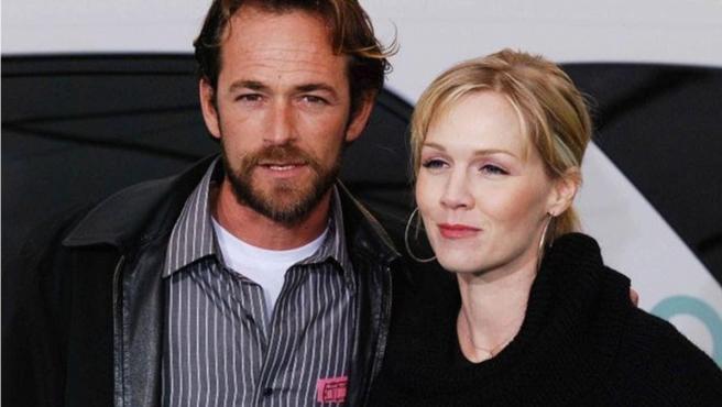 Luke Perry y Jennie Garth, dos de los protagonistas de la serie 'Sensación de Vivir'.