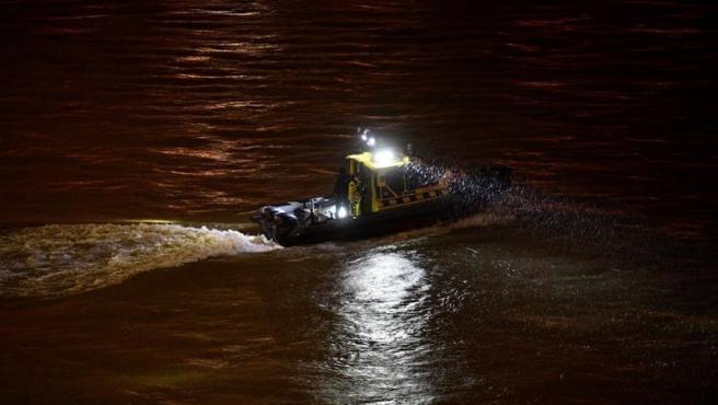 Policías y rescatistas trabajan en las labores de búsqueda de desaparecidos, tras el accidente de un barco con una treintena de turistas a bordo en el río Danubio, a la altura de Budapest (Hungría).