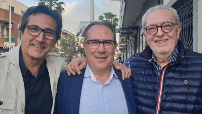 El ex diputado del PP Juan Vicente Pérez, en el centro, flanqueado por el también ex diputado José María Chiquillo y por Pedro Agramunt, ex presidente regional.