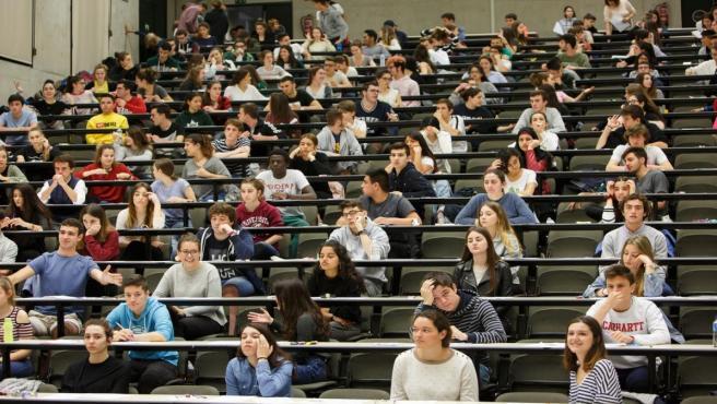 Alumnos, antes del examen, en el campus de la UPNA en Pamplona