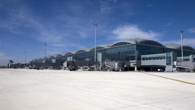 Turismo.- El aeropuerto de Alicante-Elche supera 1,3 millones de pasajeros y el de València crece un 12,9%