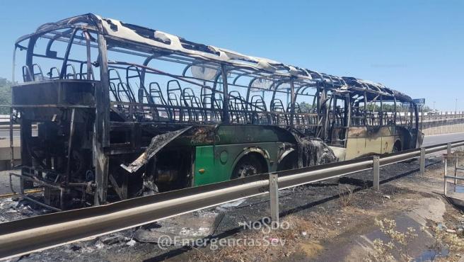 Sevilla.- Sucesos.- Incendiado un autobús sin pasajeros cuando circulaba por una vía de servicio de la A-4