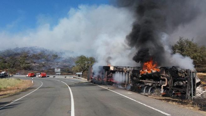 Huelva.- Sucesos.- El fuego arrasa con 80 hectáreas en el término de La Nava, donde el incendio se encuentra controlado