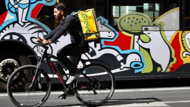 Un rider de Glovo, llevando su pedido en Madrid