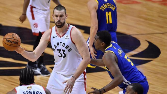 Marc Gasol pasa a sus compañeros durante el Toronto Raptors-Golden State Warriors.