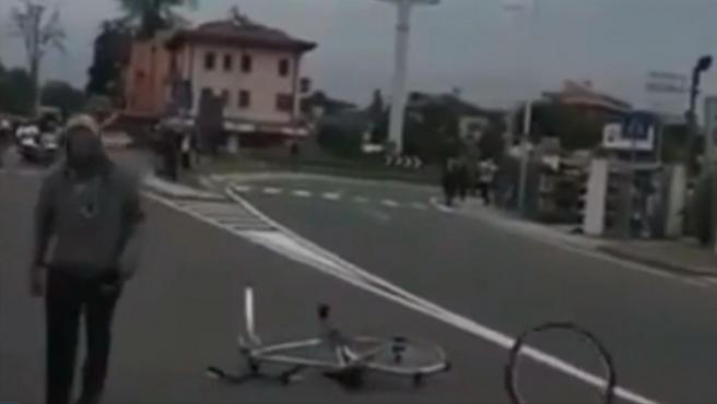 El encapuchado que estuvo a punto de provocar un accidente en el Giro.