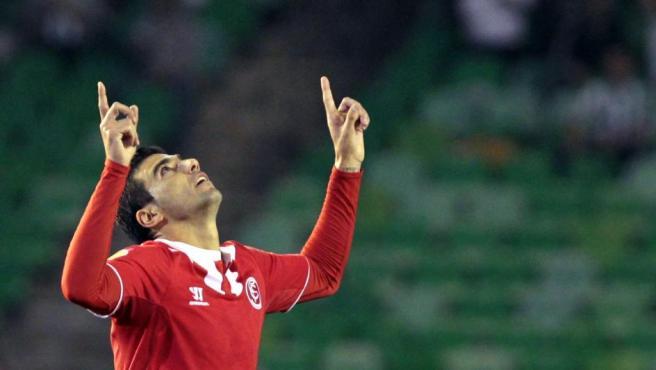 Reyes, celebrando un gol con el Sevilla.