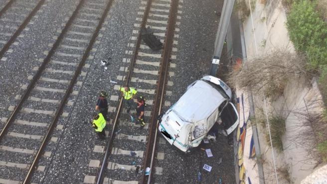 Imagen del vehículo que ha caído desde un puente a las vías de Cercanías de Madrid.