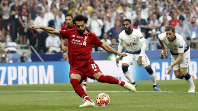 Salah marca de penalti ante el Tottenham en la final de la Champions.