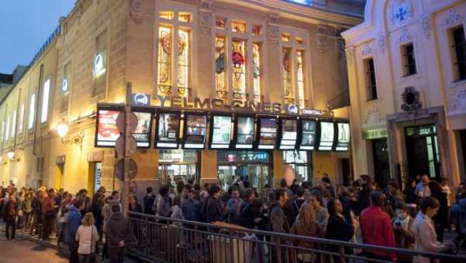 Espectadores aguardan su entrada en los cines Ideal en Madrid con motivo de Fiesta del Cine.