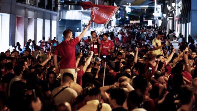Las calles que desembocan en la Puerta del Sol también quedaron colapsadas por los miles de aficionados del Liverpool que celebraron el título de la Champions en las calles de Madrid.