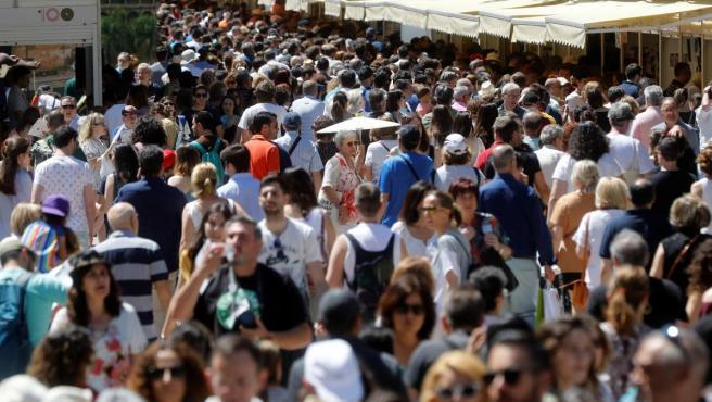 El primer fin de semana de la Feria del Libro regisró una gran afluencia de público al madrileño parque del Retiro.