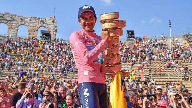 Richard Carapaz, con el trofeo de ganador del Giro de Italia 2019.