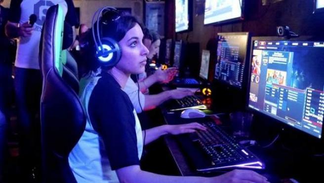 Una chica 'gamer' jugando en el Meltdown Bar.