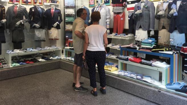 Dos clientes mirando un escaparate.