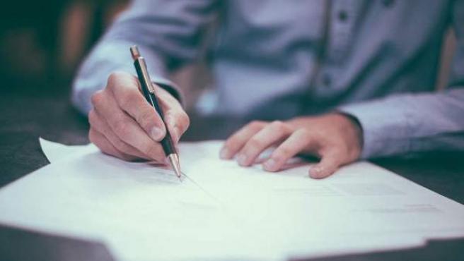 Firma de documentos de la hipoteca.