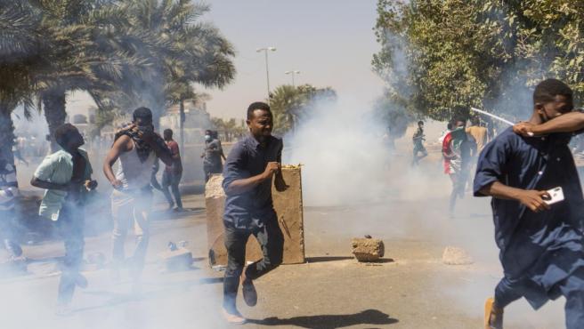Imagen de archivo de la respuesta violenta de la policía contra las protestas en la capital de Sudán, Jartum.