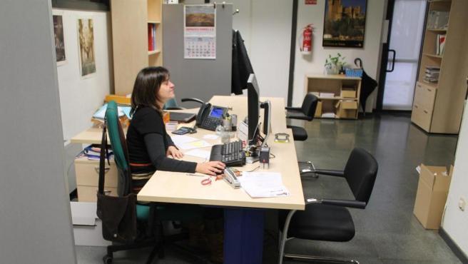 Una trabajadora en una oficina.