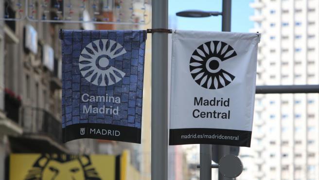 Carteles de Madrid Central en la Gran Vía de la capital.