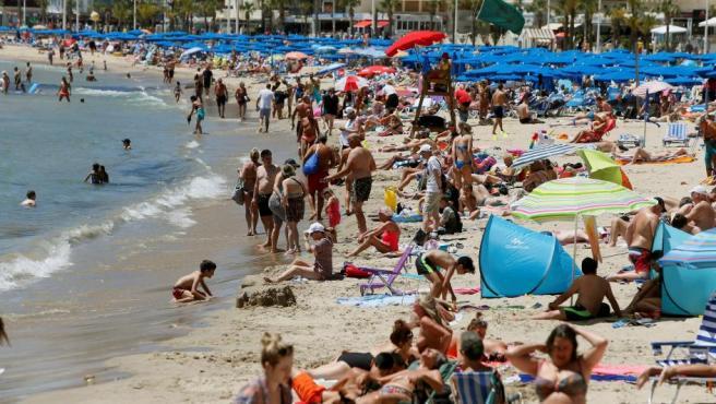 Cientos de turistas en la playa de Levante en Benidorm.