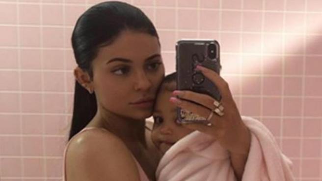Kylie Jenner con su hija Stormi, en una foto publicada en su perfil de Instagram.