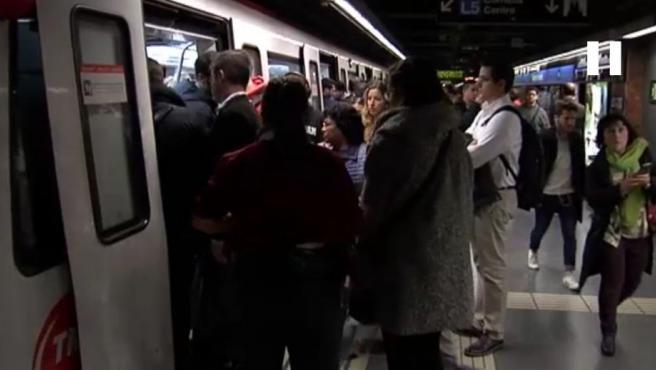 Imagen de pasajeros en el metro de Barcelona.