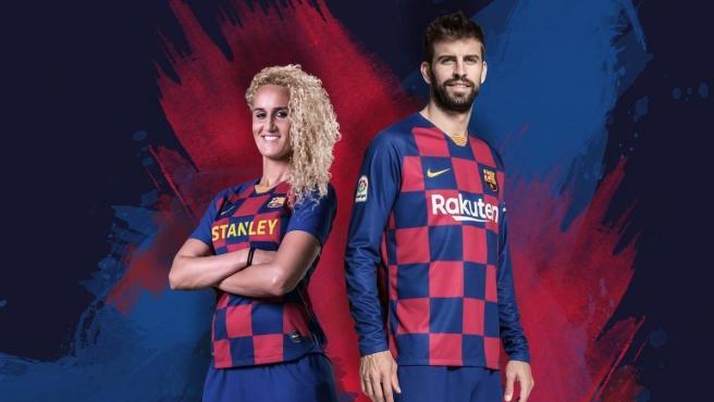 Kheira Hamroui y Gerard Piqué posan con la camiseta del Barcelona para la temporada 2019/20.