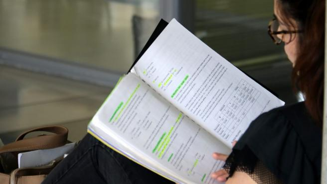 Una estudiante, preparándose la EvAU, más conocida como Selectividad.